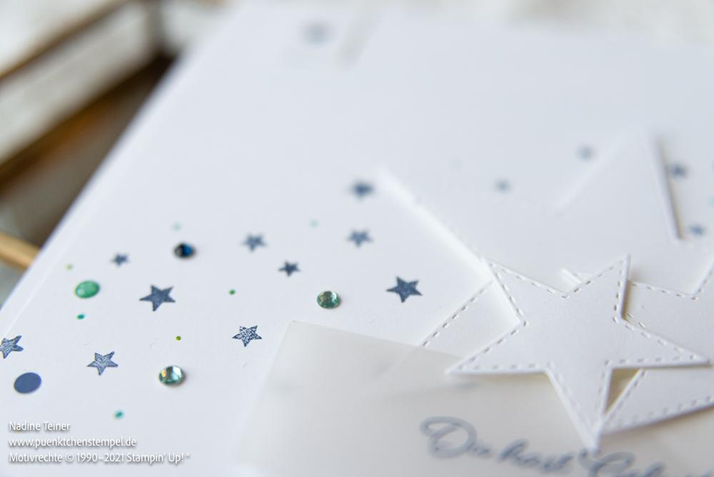 weiße Karte zum Geburstag mit gestempelten blauen Sternen und Glitzersteinen von Stampin up